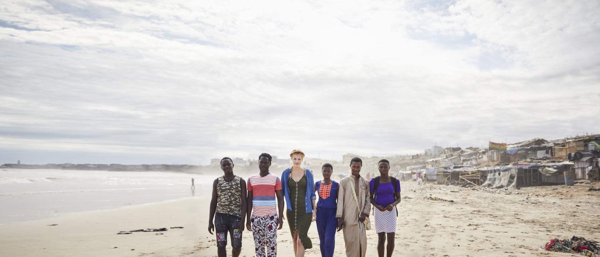 Project Nima, välgörenhetsorganisationen som arbetar med att stärka unga människors självkänsla går på stranden i Ghana.